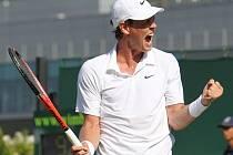 Tomáš Berdych se raduje z postupu do čtvrtfinále Wimbledonu.