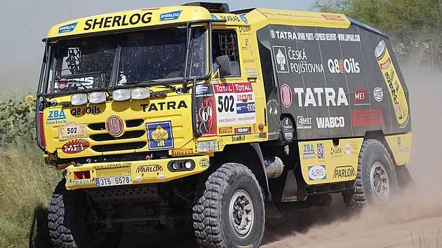 Lopraisova Tatra odnesla drobnou kolizi ohnutým nárazníkem.