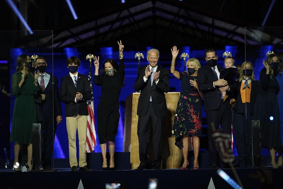 Demokrat Joe Biden s rodinou během prvního vystoupení po zvolení prezidentem USA