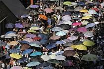 Desetisíce obyvatel Hongkongu vyšly do ulic