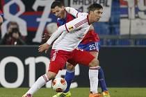 Marek Suchý (vzadu) v utkání proti Salcburku