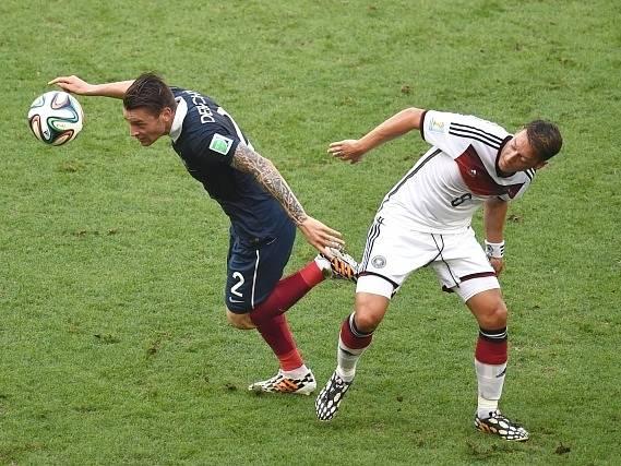 Německo - Francie: Mathieu Debuchy a Mesut Özil