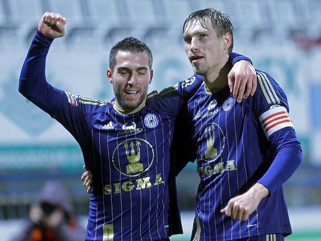 Fotbalisté Olomouce Aleš Škerle (vpravo) a David Depetris se radují z gólu proti Slavii.