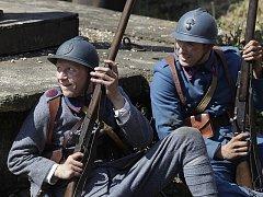 ZE ZÁKOPU. Obec Břvany u Slaného si zahrála francouzský Terron během bitvy z roku 1918.
