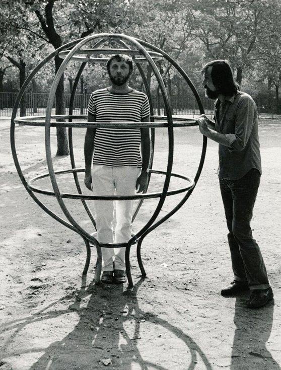 Jan Vodňanský s Pavlem Šrutem v Sadech Svatopluka Čecha na Vinohradech cca v roce 1979.