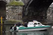 Potápěči z oddělení pražské poříční policie při hledání zbytků pilířů Juditina mostu v Praze.