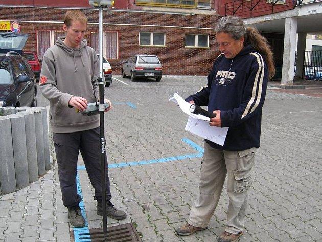 K zaměřování  kanalizace a vodovodu používají geodeti systém GPS.