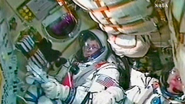 Charles Simonyi, vesmírný turista, si poletuje s Olegem Kotovem (vpravo).