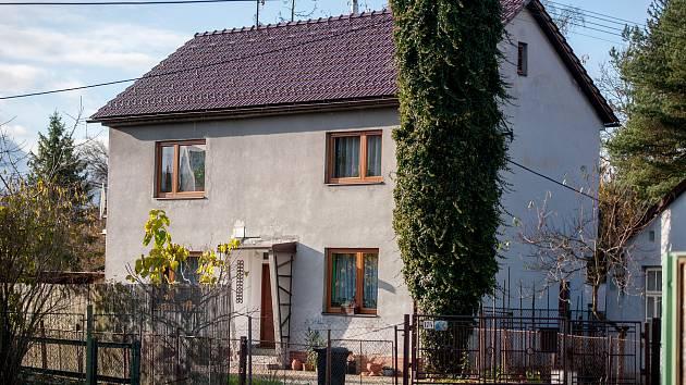 """Rodinný dům, kde bydlí Petr Valouch, který se vyjadřoval nevhodně (""""Tam by sednul granát jako prdel na prýnko !!"""") v kauze prvňácči v Teplické ZŠ, snímek z 14. listopadu 2017 v Brušpěrku."""