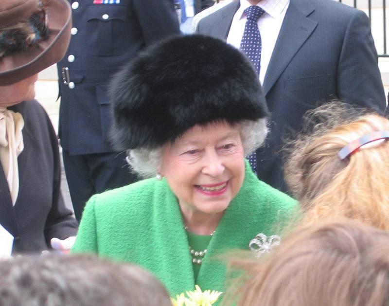 """Existuje důvod, proč Alžběta sem tam obleče oděv v netradiční barvě. Při oslavě svých 90. narozenin se třeba honosila kabátem v citrónově zelené.""""Musíte být schopni ji uvidět i z opravdu velké dálky,"""" prohlásil pisatel královských biografií."""