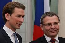 Český ministr zahraničních věcí Lubomír Zaorálek (vpravo) a jeho rakouský protějšek Sebastian Kurz 21. srpna v Linci.