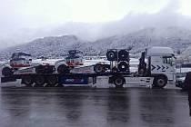 Tahače Buggyra při převozu na závody v Rakousku.