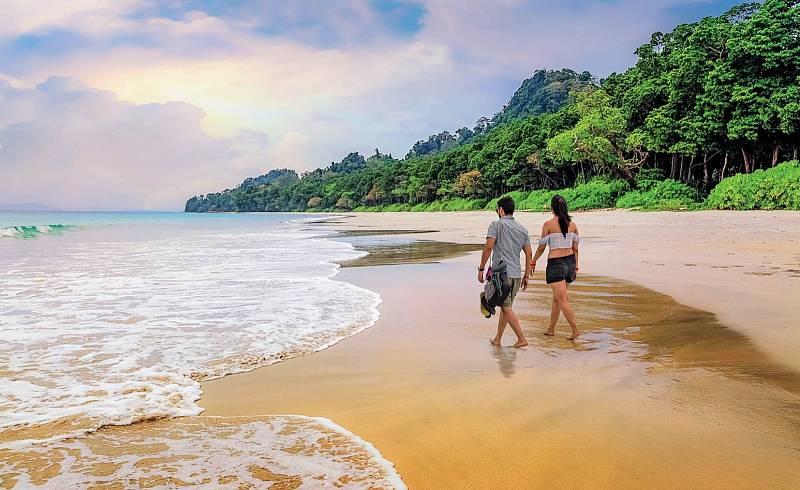 Radhanagar Beach je místem pro romantické procházky, kde si západ slunce nesmíte nechat ujít.
