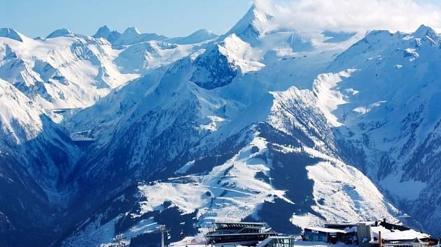 Na rakouském ledovci u Kaprunu se dá lyžovat, ještě když v údolích už kvetou sněženky.