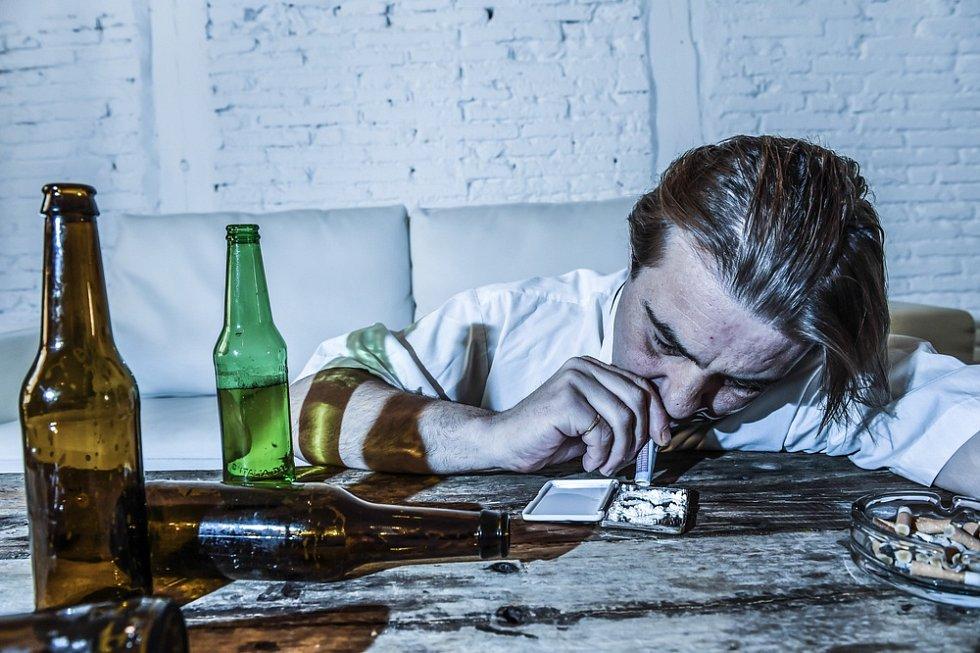 Stres a vysoké pracovní tempo přivedli manažera k závislosti na alkoholu a drogách.