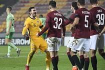 Utkání skupiny H 4. kola základních skupin fotbalové Evropské ligy: Sparta Praha - Celtic Glasgow, 26. listopadu 2020 v Praze. Brankář Florin Nita ze Sparty (vlevo) se raduje se spoluhráči z vítězného utkání.