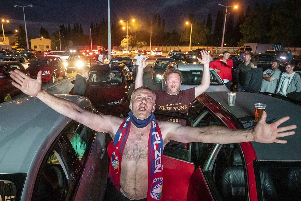 Kategorie Sport: Diváci sledují fotbal v autokině po obnovení nejvyšší fotbalové soutěže