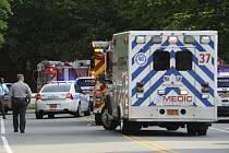 Vozidla policistů a záchranářů u komplexu univerzity v Charlotte v americkém státě Severní Karolína.