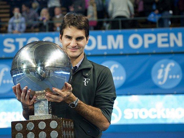 Roger Federer s trofejí pro vítěze turnaje ve Stockholmu.