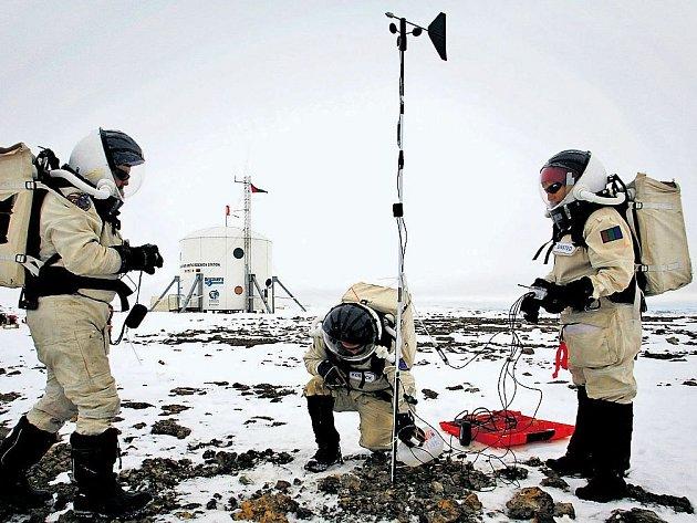 ZKOUŠKA NA MARS. Vědci ze Spojených států a Kanady letos vyzkoušeli na kanadském ostrově Devon, jak se bude žít na Marsu. Čtyři měsíce nosili skafandry a žili v izolované laboratoři.