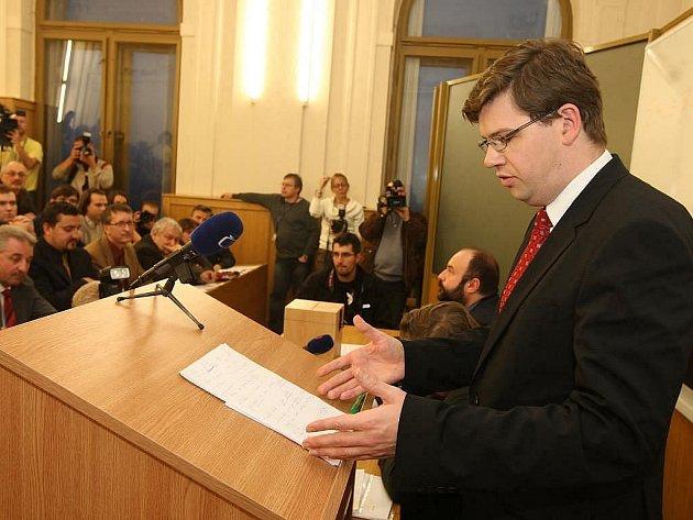 Na právnické fakultě v Plzni volil akademický senát nového děkana. Poměrem hlasů 11:6 zvítězil Jiří Pospíšil nad Karolem Hrádelou.