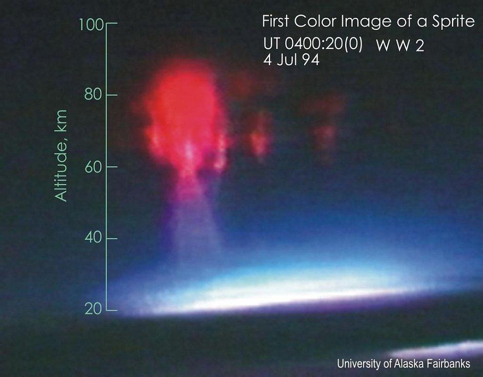 První barevný záznam skřítka, tedy velkoplošného výboje nad bouřkovým mrakem, zachycený letadlem