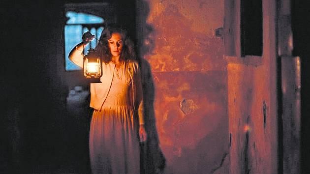 Phoebe Foxová jako učitelka skupiny londýnských školáků uzavřených v pasti mokřin osamělého domu.