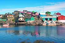 Grónsko je překvapivě zemí plnou zářivých barev. Na snímku je přístav Maniitsoq.