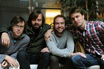 ŘÍTÍ SE NA NÁS BLÁZINEC. Kapela Tata Bojs ve složení (zleva) Mardoša, Dušan Neuwerth, Milan Cais a Vladimír Bár.