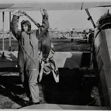 """S letadlem Bücker C4 na vojenské letecké akademii. """"Učili jsme se, jak se létá ve trojici, ve čtveřici, v páru, barevná označení a názvy letadel. To všechno nás učili letci z Anglie."""" Hradec Králové, 1947"""