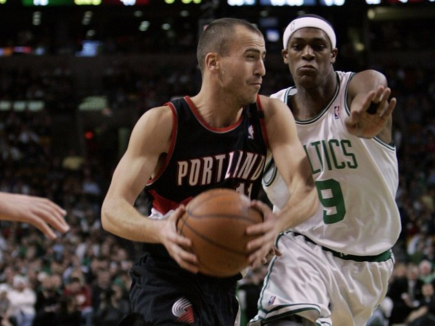 Sergio Rodriguez v dresu Portlandu (vlevo) dělá starosti obránci Bostonu Rajonu Rondovi.