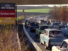 Obyvatelé Východního Německa na cestě do západní části při otevření hranice v roce 1989.
