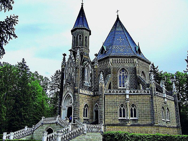 Kousek od Třeboně vanglickém parku poblíž rybníku Svět se nachází hrobka rodu Schwarzenbergů, ve které je uloženo šestadvacet rakví.