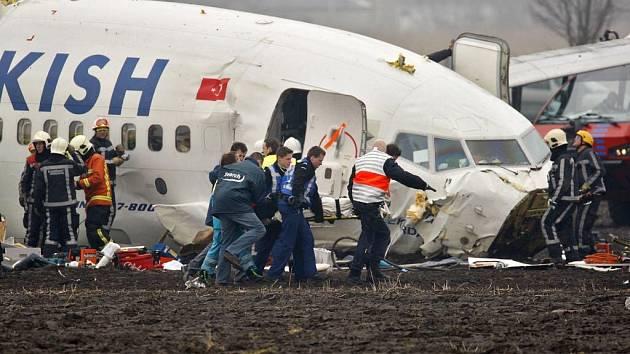 Letadlo tureckých aerolinií se ve středu roztříštilo při přistání v nizozemském Amsterodamu.