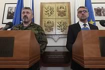 Náčelník Generálního štábu Armády ČR Aleš Opata (vlevo) a ministr obrany Lubomír Metnar.
