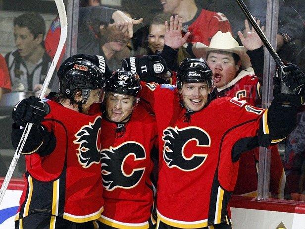Radost hokejistů Calgary a Mikaela Backlunda (vlevo)