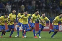 Hráči Brazílie se radují z postupu.