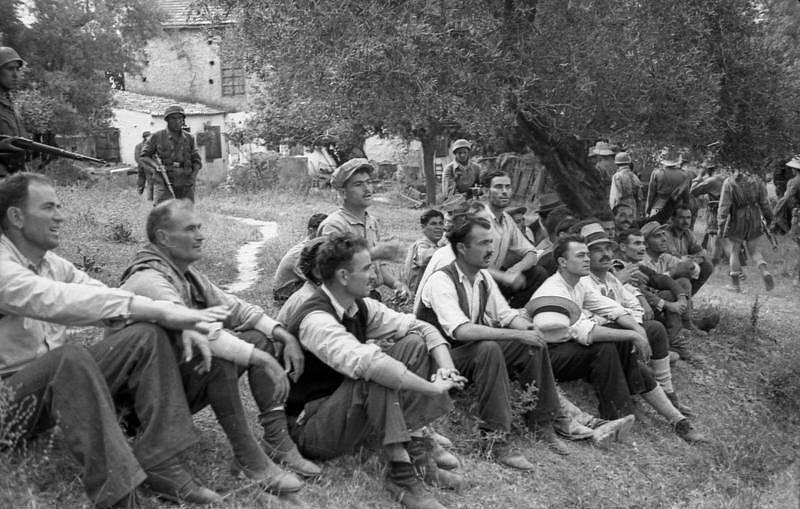 Rukojmí z řad vesničanů z Kondomari, snímek z doby před popravou