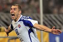 Slovenský záložník Erik Jendrišek oslavuje vítězný gól utkání na Letné.