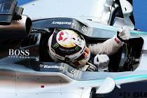 Lewis Hamilton se raduje z vítězství ve Velké ceně Japonska.