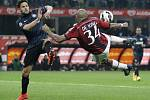 Nigel de Jong z AC Milán (vpravo) a Danilo D'Ambrosio z Interu.