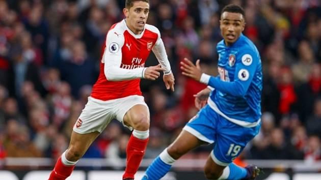 Gabriel Paulista z Arsenalu (vlevo) proti Bournemouthu.
