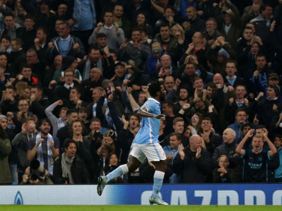 Bony Wilfried z Manchesteru City se raduje z gólu proti Seville.
