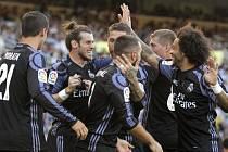 Fotbalisté Realu Madrid se radují z gólu proti San Sebastianu.