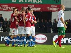 Čeští fotbalisté se radují z gólu Bořka Dočkala proti Bulharsku.