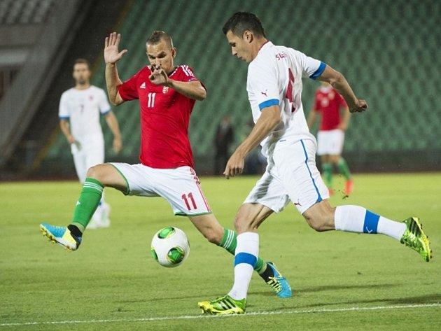 Marek Suchý (vpravo) se snaží prosadit proti Maďarsku.