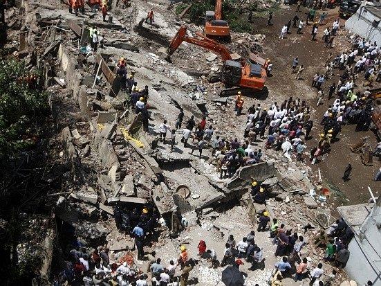 Na jihu indické Bombaje se zřítil pětipodlažní obytný dům.