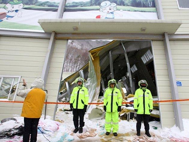 V Jižní Koreji se zřítila střecha budovy do haly plné studentů. Deset lidí je mrtvých.