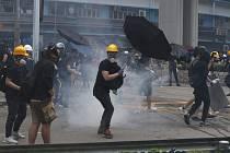 Policie rozhání slzným plynem demonstraci v Hongkongu.