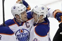 Hokejisté Edmontonu Aleš Hemský (vpravo) a Andrew Ference se radují z gólu.